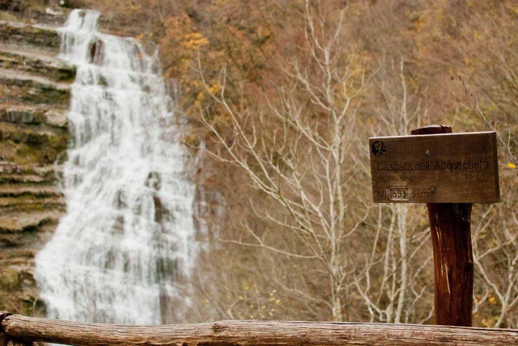 Cascata Acquacheta - cascata con cartello